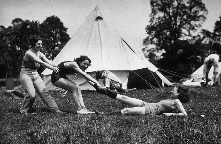 IlPost - In campeggio - Un gruppo di ragazze in vacanza in campeggio nel 1934  (Topical Press Agency/Getty Images)