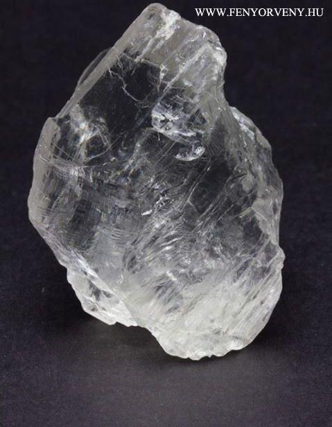 A fenakitok általában kis méretű kristályok, viszont annál intenzívebb a rezgése. Erre a kőre tökéletesen illik a kicsi a bors, de erős szólás. Ragyogó fényével csodálatosan csillog csiszoltan ékszerekben. / Kristálygyógyászat/Gyógyító kövek: Fenakit (Phenacite;Phenakite) ~ ásványok, fényörvény, gyógyítás kövekkel, gyógyító ásványok, gyógyító kövek, gyógykristályok, hírek, kristálygyógyászat, kristályok,
