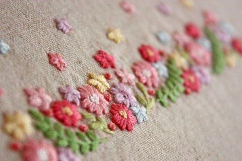 🌼 . いつもは刺繍糸二本取りで刺繍をすることが多いのですが、今回はほぼ三本取りで刺繍しました。 . ふっくらとして、モコモコした感じが可愛いです😊 . . #刺繍#手刺繍#ステッチ#手芸#embroidery#handembroidery#stitching#needlework#자수#broderie#bordado#вишивка#stickerei