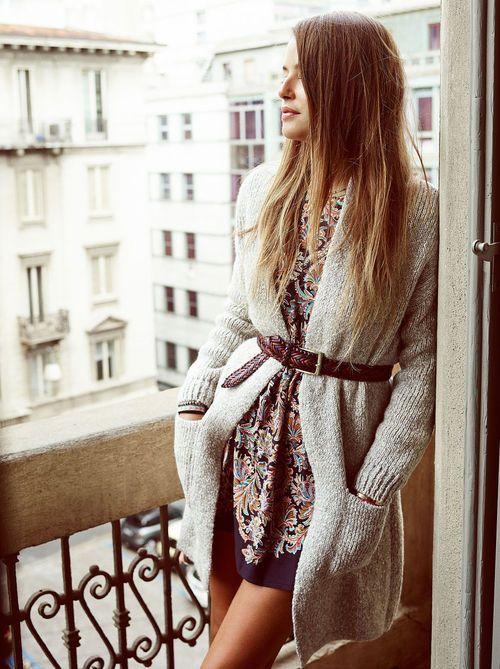 Pour réchauffer nos robes d'été en automne, on les associe à un long gilet gris et à une ceinture en cuir.