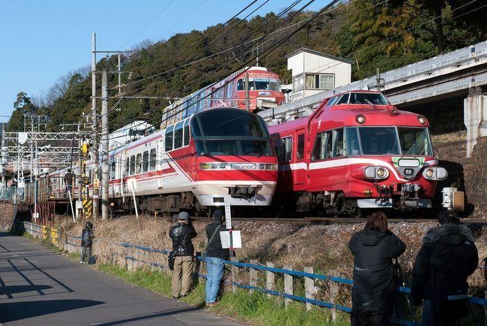 パノラマカー定期運行最終日、犬山遊園駅付近で後輩パノラマスーパーと交換。後方には、翌日に営業最終日を迎えるモノレールが見える