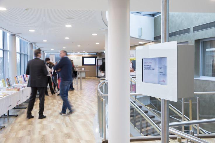 https://flic.kr/p/PzoS8Q | _AW46098 | Die Digital Signage Screens im Kongresszentrum der Westfalenhallen Dortmund, an denen sich Besucher über laufende Veranstaltungen informieren können. Zudem kommen digitale Türbeschilderungen zum Einsatz, die an jedes Event schnell und einfach angepasst werden können. Gesteuert werden alle Screens von der Digital Signage Software kompas.