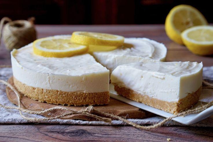 Il Cheesecake al Limone è un semifreddo facilissimo e delizioso pronto in pochi minuti! Per prepararlo utilizzeremo solamente 5 ingredienti: biscotti, burro, formaggio cremoso ed ovviamente il Limone. L'unico utensile elettrico che useremo sarà il mixer per tritare i biscotti, se ne sei sprovvisto niente paura, potrai tritare i biscotti a mano senza alcun problema. [...]