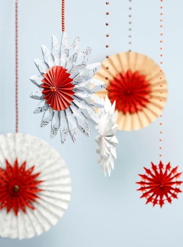 Tee paperista taittelemalla komeita joulukoristeita. Fold showy christmas ornaments from paper.   Unelmien Talo&Koti Kuva: Joonas Vuorinen Toimittaja: Atso Mikkola