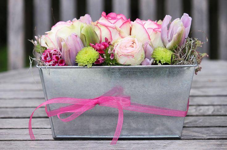 Tischdeko mit verschiedenen Blumen und in verschiedenen Farben findet ihr  bei hochzeitsportal24.de
