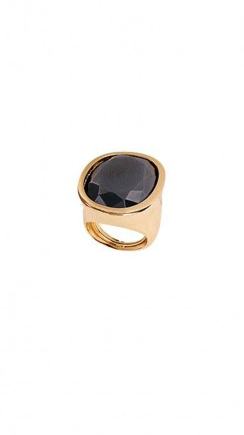 #JOYAS PARA INVITADA EN ALQUILER- #Anillo dorado mate con pieza central de cristal negro facetado de #kennethjaylane disponible en dresseos.com