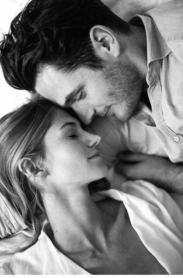 Liebe bedarf keiner Worte - verliebtes Paarshooting zu Hause von Julie Cate…