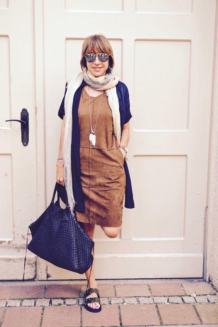 Lederkleid mit Schal und Nietenschuhe, moderne Kleidung für Frauen über 40, Mode für Frauen über 50,