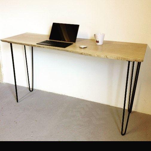 Réalisation DIY d'un bureau avec une planche en bois et des pieds en épingle noirs Ripaton  de 71cm. Hairpin legs disponibles sur notre site internet à partir de 20€.