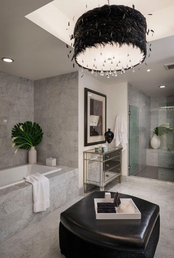 Кафель для ванной комнаты: мозаика, пэчворк и 50+ самых свежих дизайнерских трендов http://happymodern.ru/kafel-v-vannuyu-50-foto-obychnyj-material-dlya-neobychnogo-dizajna/ Мраморная отделка стен и неожиданные акценты в виде черного пуфа с кожаным сиденьем и люстры из перьев Смотри больше http://happymodern.ru/kafel-v-vannuyu-50-foto-obychnyj-material-dlya-neobychnogo-dizajna/