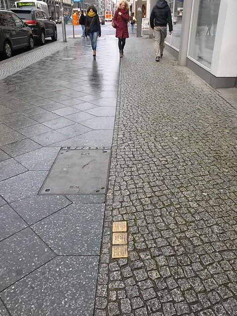사람들이 지나다니는 길에 무심한 듯 놓여있는 쉬톨퍼 쉬타인 유태인 학살에 대한 반성의 의미입니다. #stolpfersteine #리얼트립베를린 #베를린여행 #독일여행 #베를린 #베를린 #독일어디까지가봤니 #berlin #deutschland  #독일생활