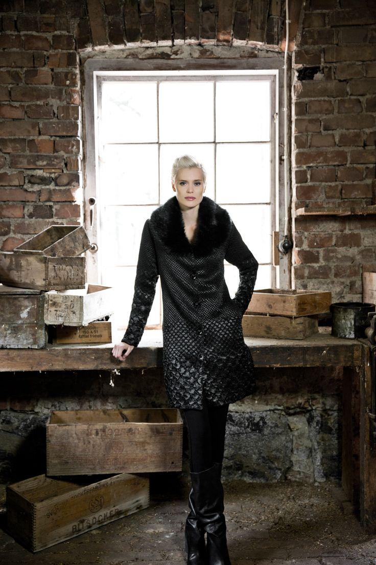 Elegant coat with fake fur. www.kriss.eu