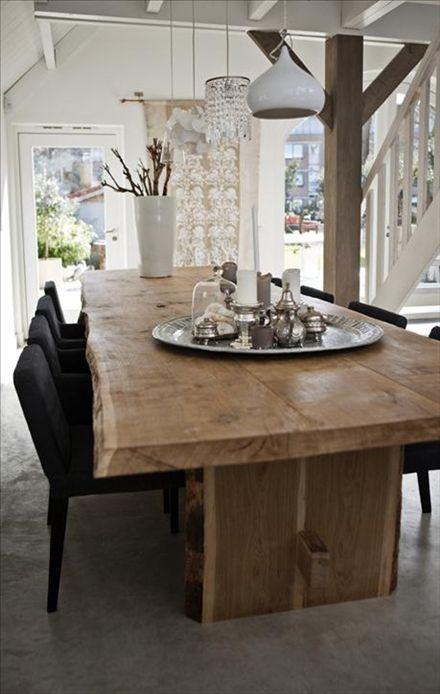 Arrangemang med karaktär. Coby tyckte det var svårt att hitta en lampa som matchade det rejäla matbordet, från holländska Zwaartafelen. I stället blev det fyra helt olika lampor – en personlig och kul lösning. Ett annat fint blickfång är samlingen av ljusstakar och silverfärgade föremål på bordet.