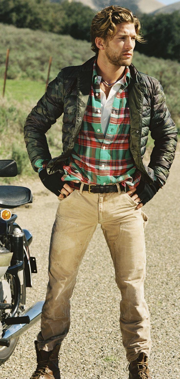 Veste camouflage Polo Ralph Lauren : Cette veste légère à piqûres parallèles rembourrée en duvet chaud arbore un motif camouflage d'inspiration militaire, un extérieur résistant à l'eau et une pochette assortie avec cordon de serrage pour un rangement pratique.