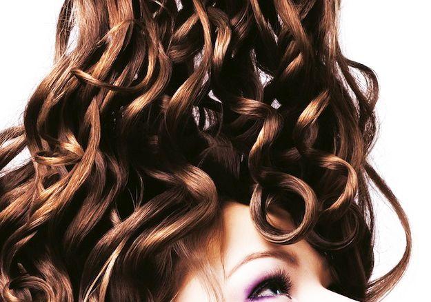 """Sole, cloro, salsedine hanno sfibrato i tuoi capelli? Non darci un taglio! Carne rossa, frutta secca, tanta acqua e vegetali """"verdi"""" ti aiuteranno dall'interno, gli impacchi ristrutturanti dall'esterno. E se vuoi sentirti ancora più sicura applica un prodotto protettivo prima di passare la tua piastra #hairartitaly. Lo sapevi che tutti i prodotti sono completamente #madeinitaly?! Guarda le promozioni! #piastrecapelli"""