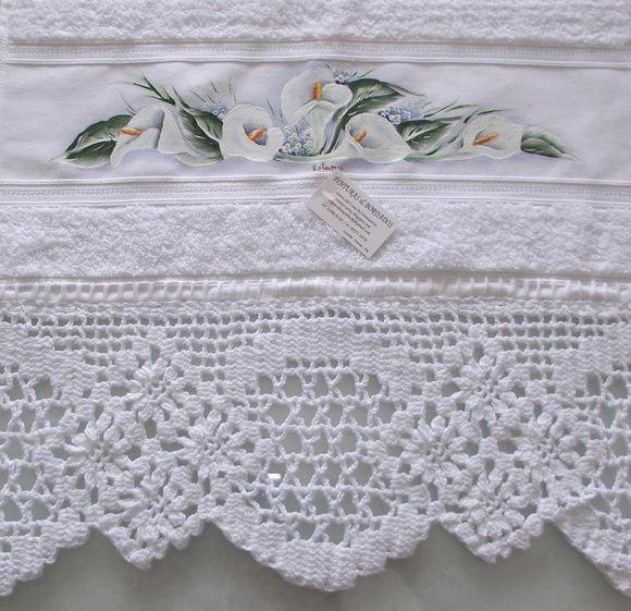 Toalha de rosto branca de primeira linha, pintada a mão livre e acabamento em croche com fio de algodão.    Frete por conta do comprador. R$ 45,00