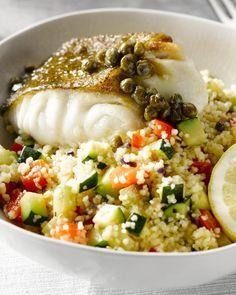 Dit gerecht heeft alles: een lekker visje met een heerlijk fris sausje met kappertjes en citroen, lekker veel groentjes en een kruidige couscous erbij.