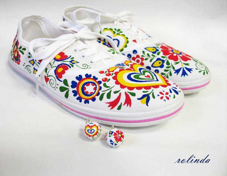 Folklórní+set+Malované+tenisky+a+k+nim+náušnice.+Bílé+textilní+tenisky+ručně+malované+kvalitními+barvami.+Použité+odstíny:+červená,+žlutá,+zelená,+modrá.+Folklórní+motivy+z+Moravy+-+na+každé+botě+jiné.+Barvy+jsou+velmi+odolné,+pružné,+nepraskají,+nerozpíjí+se.+Malba+je+zafixovaná,+tenisky+ošetřené+impregnací,+takže+nepodléhají+nepřízni+počasí+a+méně+...