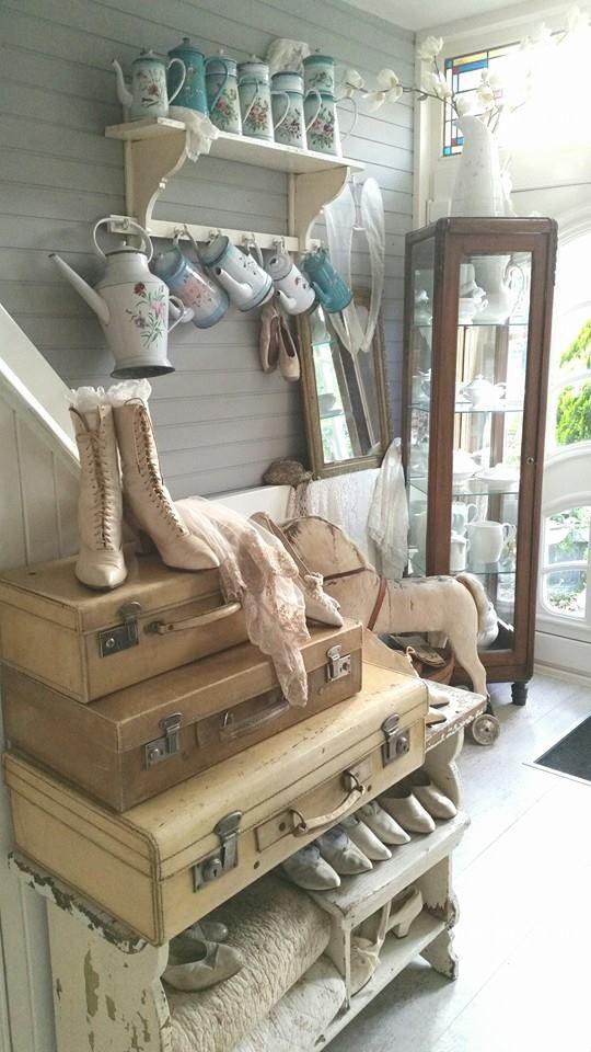 In de winkel en webshop van Brocantiek de Linde vind je altijd een uitgebreid en steeds wisselend aanbod oude koffers en vintage hutkoffers! www.brocantiekdelinde.nl