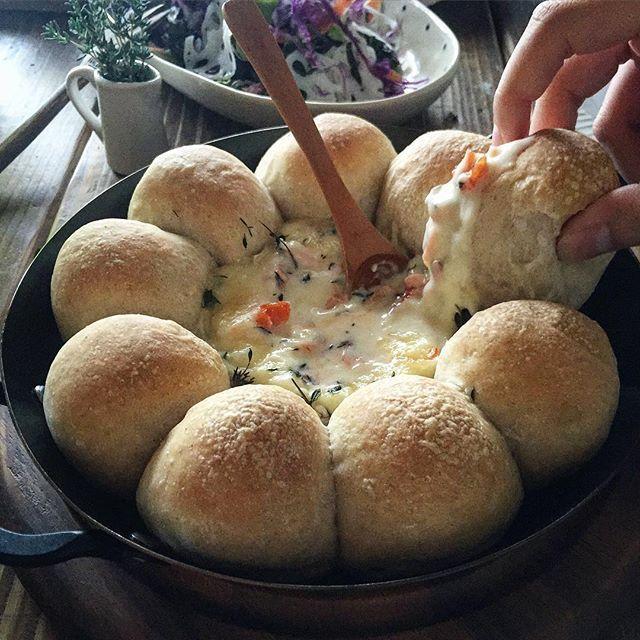 ちぎりパン進化系!ディップを囲む「スキレットブレッド」アイデアまとめ - macaroni