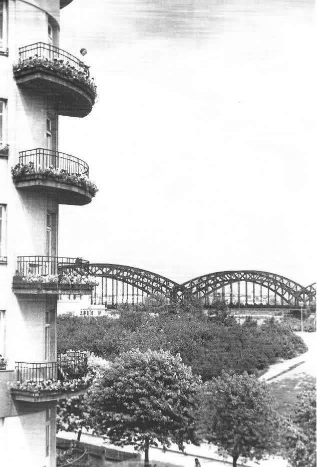 """Budynek przy Alei 3 Maja stoi do dziś; Widoczny w tle Most Średnicowy fot. 1935r., źr. """"Warszawa wczoraj"""""""