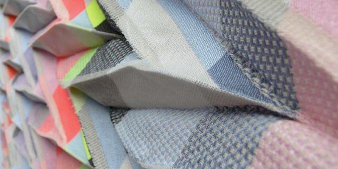 """Angharad McLaren (textiel designer): Gefacetteerd weefsel, 2013. Presentatie """"Gathering"""": Edelkoort over de trends in zomer 2015 (december 2013)."""