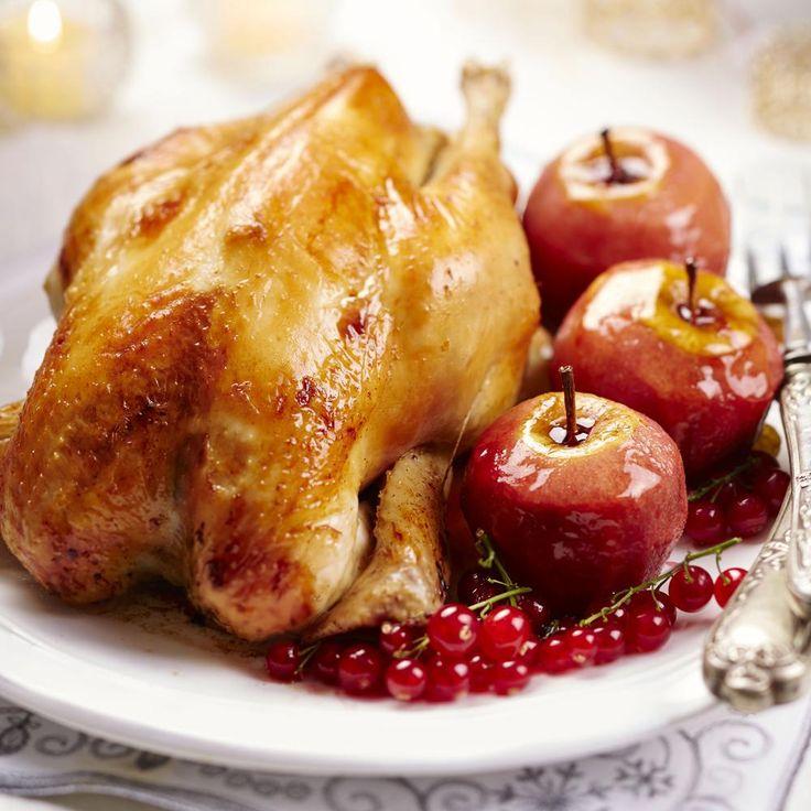 Préchauffer le four à 180°C. Faire griller les tranches de pain d'épices, puis les hacher avec les figues sèches, les pistaches, les pruneaux et les échalotes. Mélanger le tout dans un bol avec le porc haché, l'œuf, le vin blanc liquoreux, le sel et le poivre. Farcir la poularde. Mettre la poularde dans un plat creux. Saler, poivrer et arroser d'huile. La faire cuire au four pendant 1 heure. Pendant ce temps, préparer les pommes rôties aux fruits rouges : verser le jus de fruits rouges da...