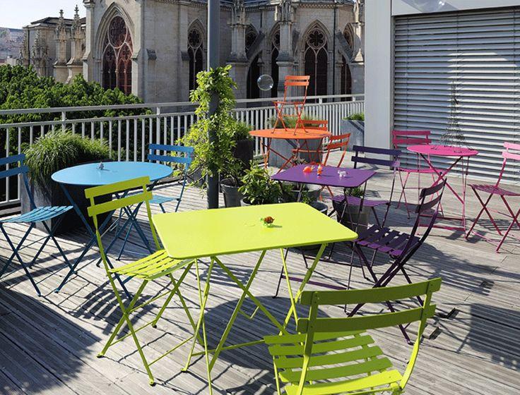 Met haar klassieke vormgeving doen de plooistoelen- en tafels van de Fermob Bistro collectie denken aan een authentiek Franse eetcafé.