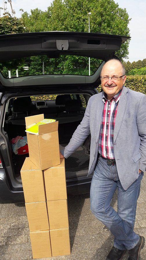 En na de uitreiking van het eerste exemplaar van het boek 'Service Management' aan de auteur Jos Gielkens krijgt hij ook zijn 'extra' exemplaren mee. Heel veel succes met je boek Jos. #servicemanagement #josgielkens #futurouitgevers