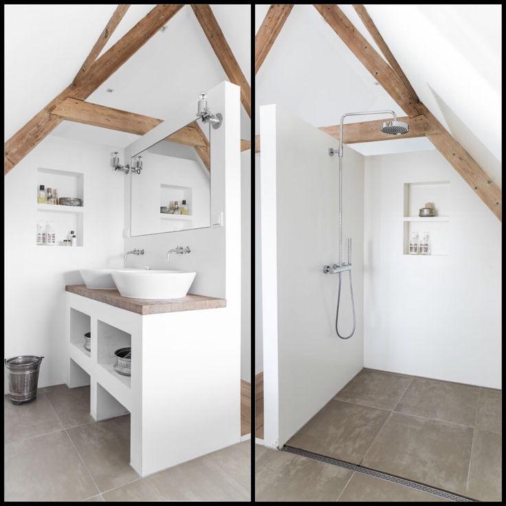 Mooie badkamer: strak wit, met houten balken.