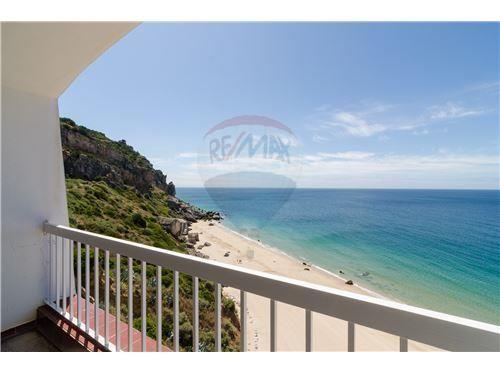 Sesimbra, Praia da Califórnia. Apartamento T0 com 50 m2 e varanda, vista frontal de mar, com garagem, a precisar de renovação. Vendido em Junho de 2015 por 95 mil euros. Vendido por Diogo Neto