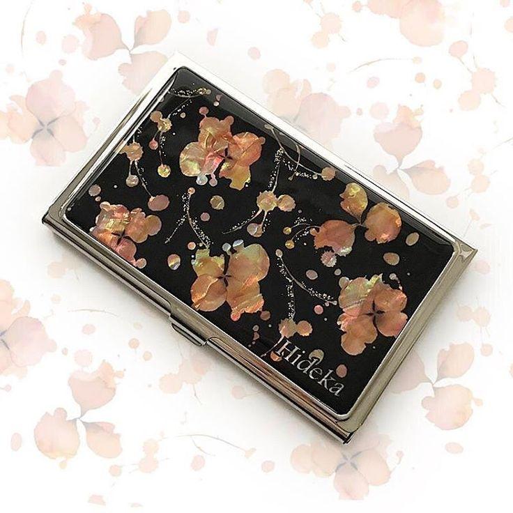 皆さん、こんばんは🌸🌸🌸 春らしい桜のデザインをプレゼントに・・・と、お名前入りの名刺ケースを作らさせていただきました🌸 「ピンクが好きな子なので喜んでくれると思います」と嬉しいメッセージもいただきました❤️✨就職や卒業のお祝いかな?どんなプレゼントだったかはお聞きできませんでしたが、お手伝いさせていただきありがとうございました☺️🤗 --- #名刺ケース#名刺入れ#カードケース#天然貝#天然貝ケース#桜#春#デザイン#名入れ#プレゼント#ギフト#就職祝い#卒業祝い#printcreative#プリントクリエイティブ#businesscardcase#cherryblossom#spring