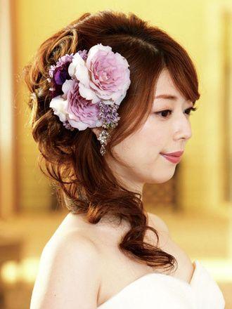 ヘアは空気感をもたせ、サイドに下ろすことで大人っぽい表情を演出。 ウェディングドレス・カラードレスに合う〜ハーフアップの花嫁衣装の髪型まとめ一覧〜