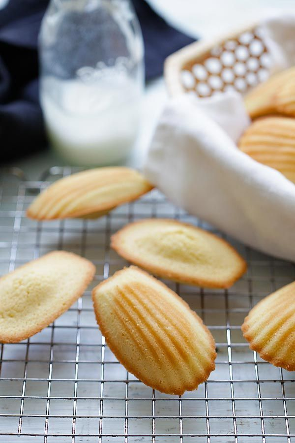 Madeleine is a French cookie/cake made of butter, eggs and flour. Easy recipe for the best madeleine that you just can't stop eating   rasamalaysia.com