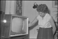 Vervaardiger:  A. (Ary) Groeneveld (Persoon)  | Dame bij televisietoestel in huiskamer.|  Datering 5/1/1961 (Geschat) | Klik op Bezoeken om de grote versie te bekijken. | Catnr. NL-RtSA_4121_ 5304