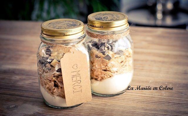 Un cadeau original et gourmand pour vos invités de mariage. Une recette de cookies, part par part à mettre en pots individuels pour ensuite offrir...