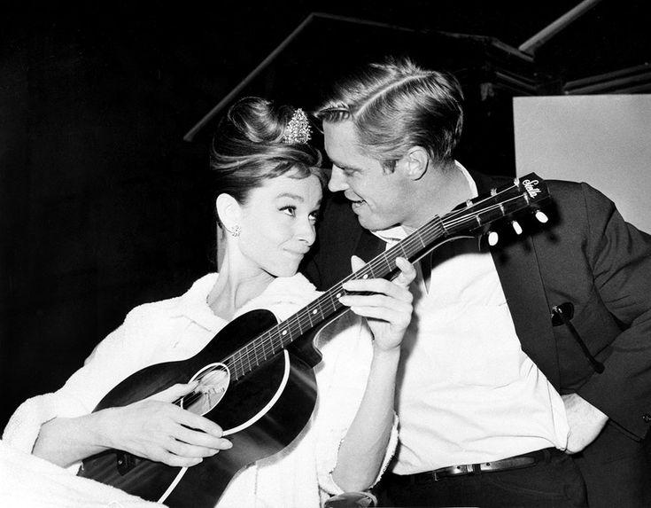 """Audrey Hepburn e l'attore George Pappard sul set di """"Breakfast in Tiffany's"""" il 7 dicembre 1960"""