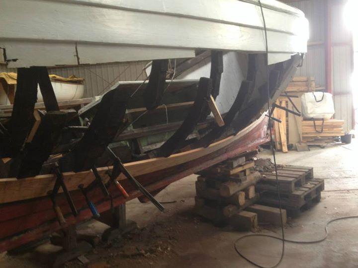 """K1054 Karen under renovering 2013-2014. Ejerne i Svendborg skrev: """"Karen var temmelig mør, og det var lidt et alt eller intet projekt. Så det endte med at blive til 76 meter bord, 4 spanter, 2 stævne 1 motor..."""""""