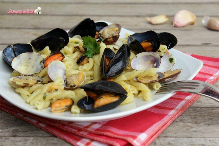 Pasta cozze e vongole in bianco ricetta primo piatto di pesce semplice, facile e veloce da preparare, molto gustoso e saporito.