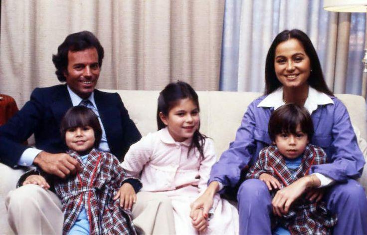 Julio Iglesias e Isabel con sus hijos Chabeli, Julio Jose y Enrique Iglesias