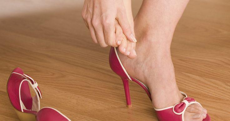 Calor ou gelo para reduzir inchaço causado pela gota?. A gota é um dos tipos mais dolorosos de artrite. É causado pelo crescimento do ácido úrico no organismo. As articulações são um lugar comum para o acúmulo de cristais de ácido úrico, principalmente no dedão do pé. Esses acúmulos podem aparecer como calombos abaixo da pele. A gota causa inchaço nas juntas e, para aliviar o inchaço, você deve querer ...