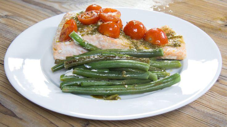 Faible en glucides, facile et délicieux : saumon au pesto et aux légumes