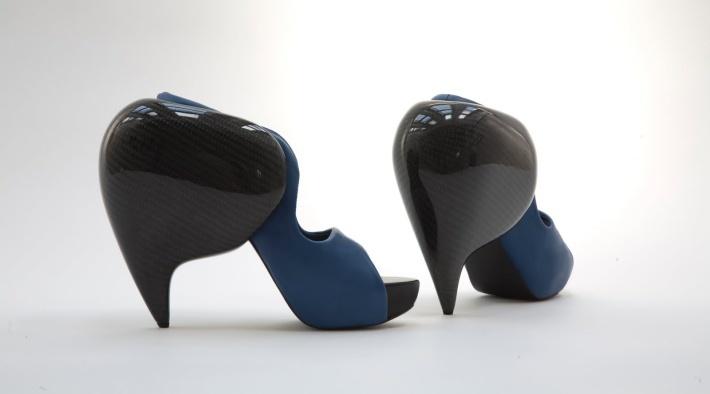 Выпускник Пражской Академии искусств в области архитектуры и дизайна, и новичок в мире моды, Serbak, решила использовать углеродное волокно в качестве экспериментальной концепции для дебютной коллекции.