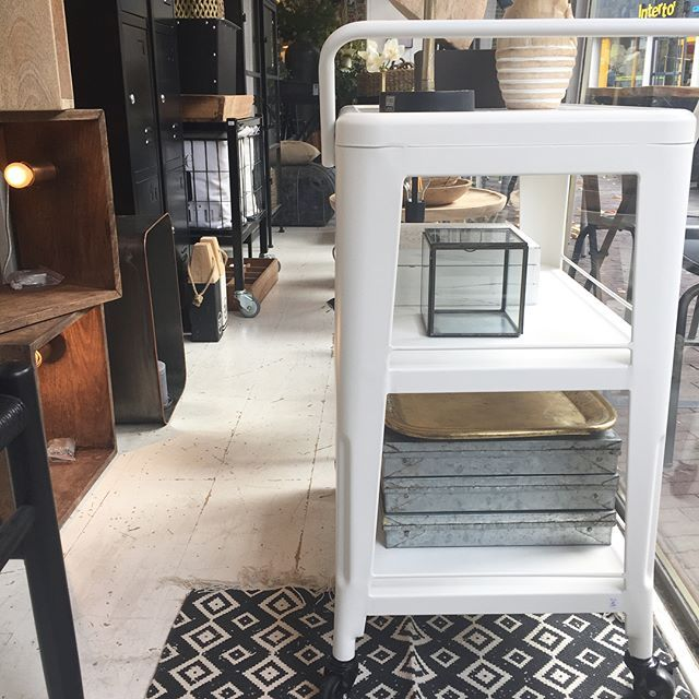 Deze geweldige stoere trolley kun je in de keuken gebruiken voor je servies of in de woonkamer met persoonlijke spulletjes. #woonwinkel #trolley #viacannellacuijk #woonaccessoires #interieur #interieurstyling #kookwinkel #meubelen #huisinrichting #vloerkleed #viacannella