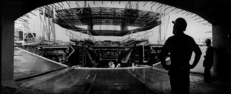Jean Gaumy. FRANCE. Rive nord. Mise en place de la cage de ferraillage dans le coffrage du tablier poussé. 1993