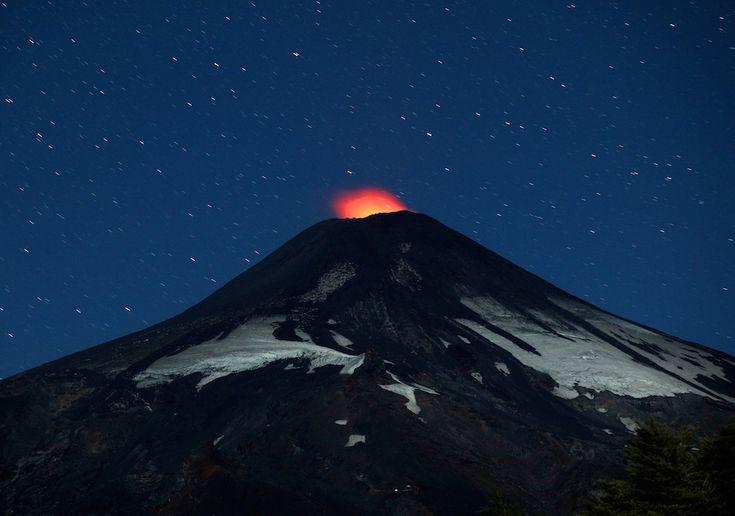 Pucón, Cile Un'eruzione del vulcano Villarrica vista dal piccolo comune di Pucón, in Cile, 800 chilometri a sud di Santiago. All'inizio di marzo il vulcano ha ripreso la sua attività dopo oltre 15 anni