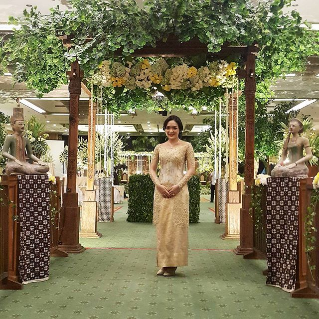 Instagram media azkaanggunart - #ririsyunus Venue : @kcjakarta Tema : Jawa Garden Pelaminan : @gebyok Tone Bunga : putih-kuning #azkaanggunart #decorationplanner Thanks @ririshr @ynsaditya ..... azka anggun art .....