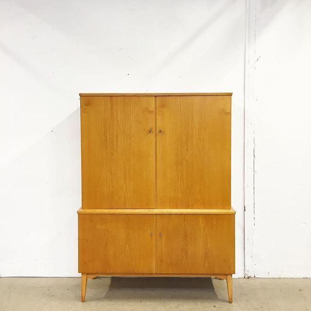Maffigt, stilrent linneskåp i lackat trä. Väldigt fint formgivet med raka linjer. Inrett med lådor och hyllplan.