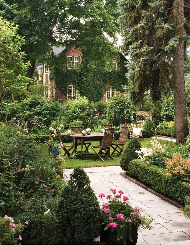 Schöne Gartengestaltung mit offener Gras- und Eibenhecke – Garten Dekoration