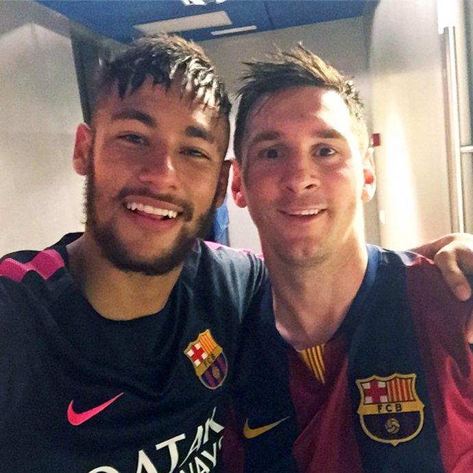 """Neymar faz selfie com Messi para comemorar recorde: """"Craque e ídolo"""" #globoesporte"""